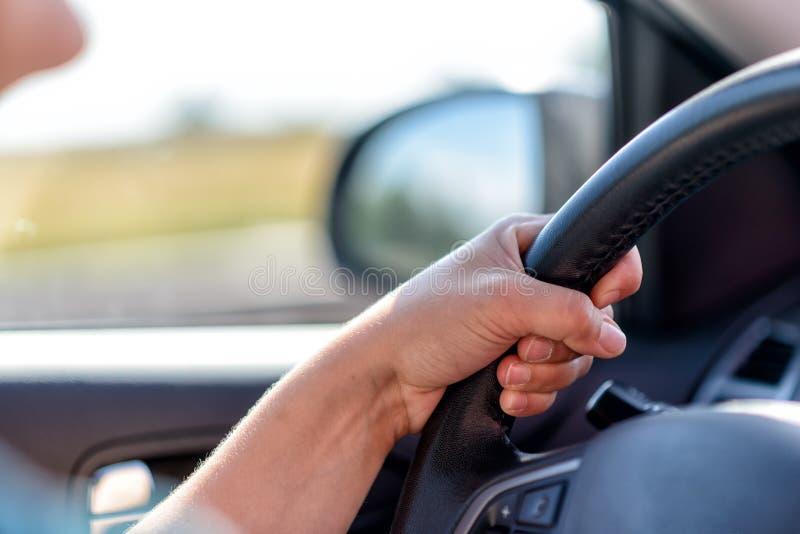 Οδήγηση ενός αυτοκινήτου στον αυτοκινητόδρομο στοκ εικόνα