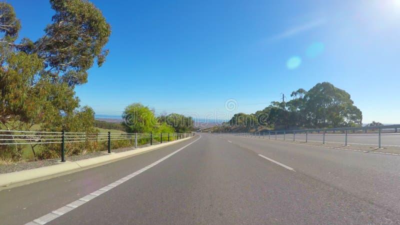 Οδήγηση κατά μήκος του αυτοκινητόδρομου με τις φυσικές απόψεις της Νότιας Αυστραλίας Willunga στοκ εικόνες