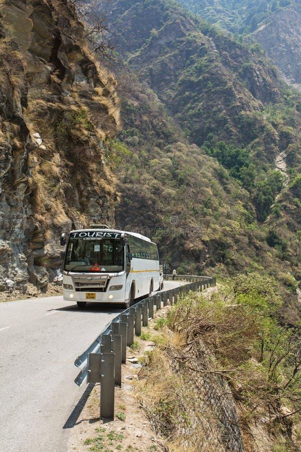 Οδήγηση λεωφορείων τουριστών στον επικίνδυνο δρόμο βουνών στα Ιμαλάια στον τρόπο από τη Mandi σε Manali στοκ φωτογραφία με δικαίωμα ελεύθερης χρήσης
