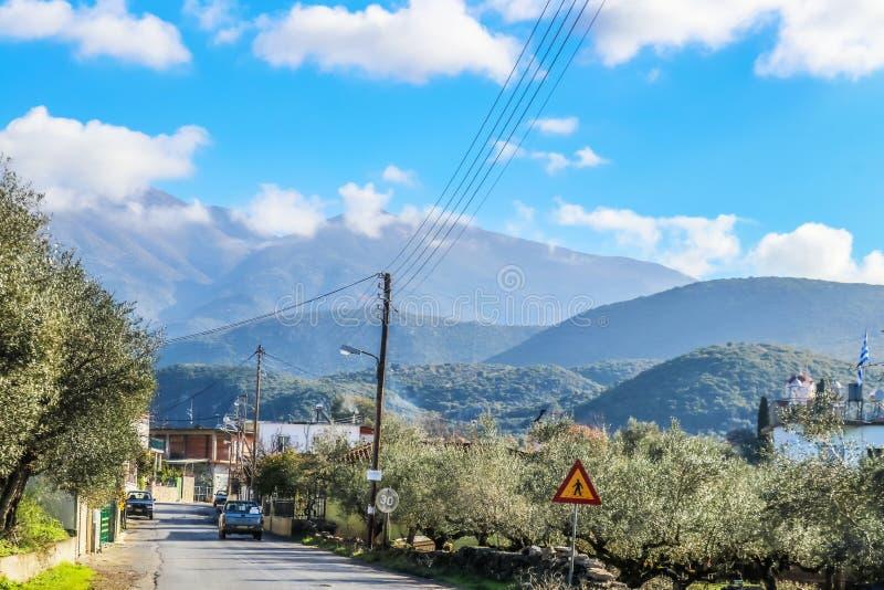 Οδήγηση μέσω του μικρού ορεινού χωριού στη σειρά βουνών Taygetus στη χερσόνησο της Πελοποννήσου στη νότια Ελλάδα που παρουσιάζει  στοκ φωτογραφίες με δικαίωμα ελεύθερης χρήσης