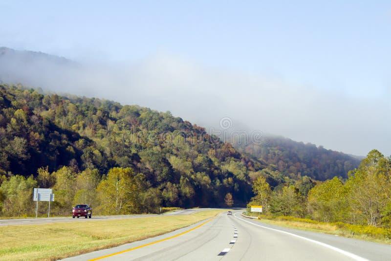 Οδήγηση μέσω των βουνών της δυτικής Βιρτζίνια στοκ εικόνες