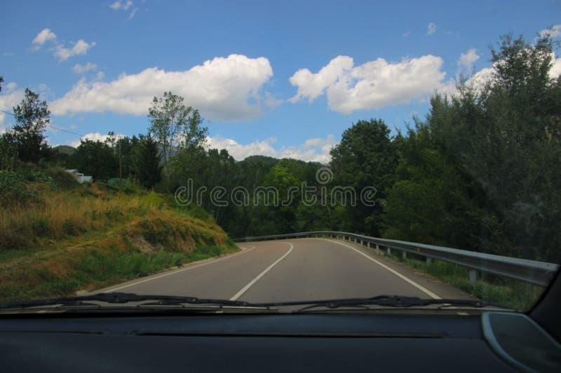 Οδήγηση με το αυτοκίνητο σε έναν δρόμο στη μέση του δάσους στοκ φωτογραφίες με δικαίωμα ελεύθερης χρήσης