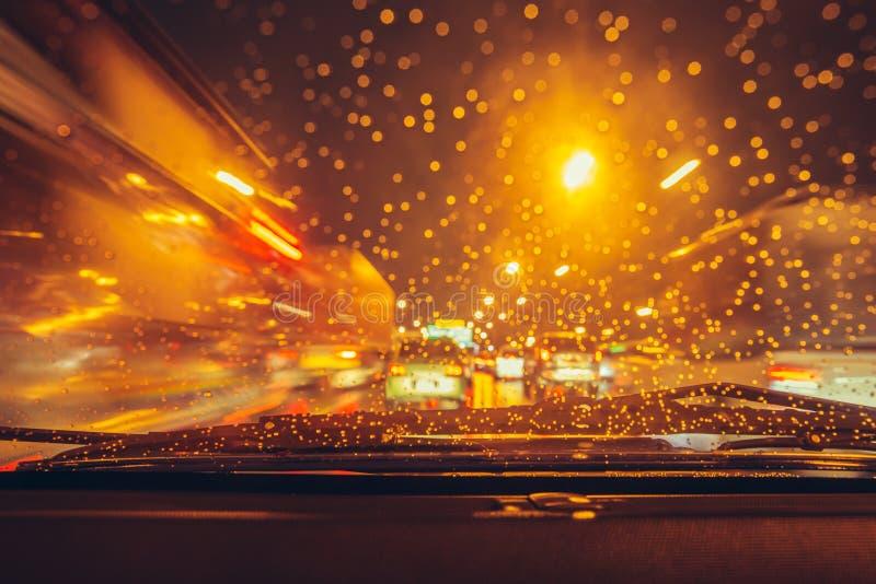 Οδήγηση νύχτας στο ίχνος θαμπάδων υψηλής ταχύτητας κυκλοφορίας περιόδου βροχών στοκ εικόνα