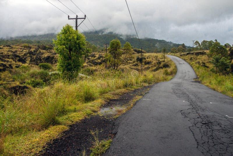 Οδήγηση πέρα από το caldera δρόμο κορυφογραμμών μεταξύ της άποψης του εκλείψα κρατήρα του ηφαιστείου Batur στοκ φωτογραφίες με δικαίωμα ελεύθερης χρήσης