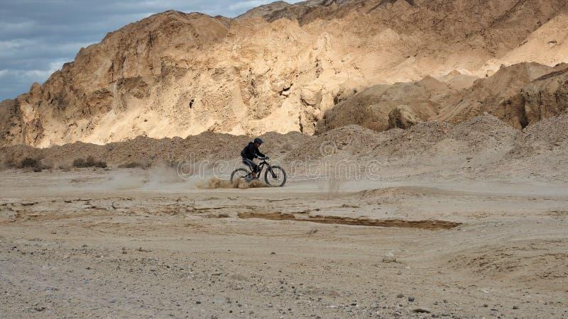Οδήγηση ποδηλατών βουνών σε μια έρημο στοκ εικόνες