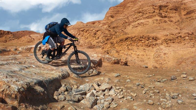 Οδήγηση ποδηλατών βουνών σε μια ισραηλινή έρημο στοκ φωτογραφία με δικαίωμα ελεύθερης χρήσης