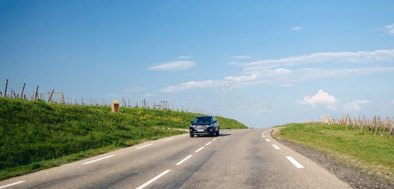 Οδήγηση της Ford SUV γρήγορα στο γαλλικό του χωριού δρόμο στοκ εικόνες