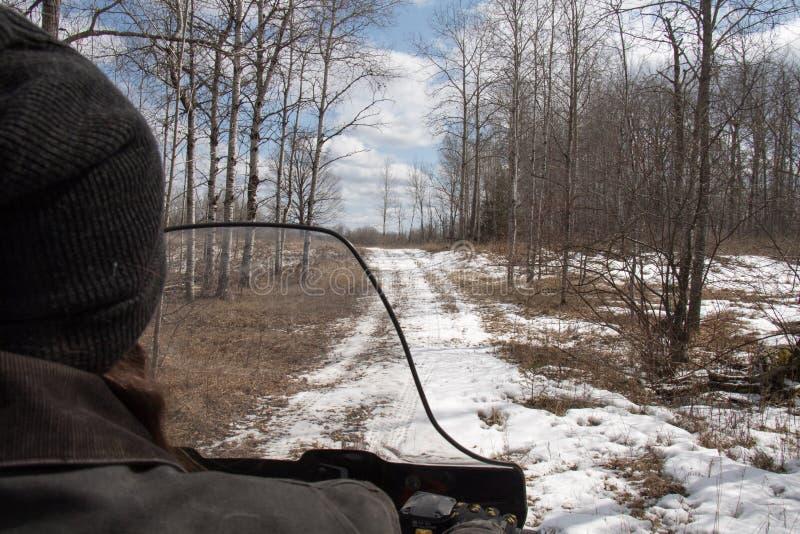 Οδήγηση των κρύων ιχνών την πρώιμη άνοιξη στοκ εικόνες