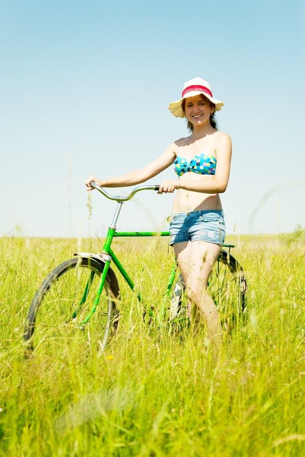 οδήγηση χλόης κοριτσιών π&omic στοκ εικόνες με δικαίωμα ελεύθερης χρήσης