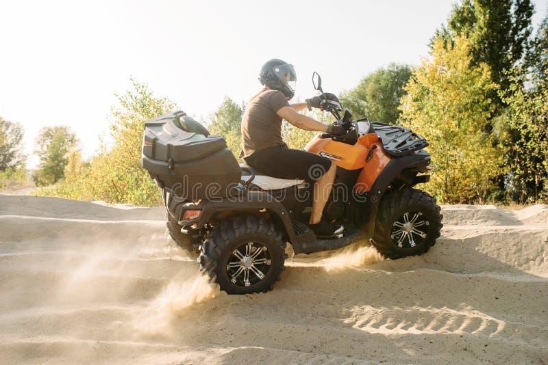 Οδήγηση Atv στο λατομείο άμμου, σύννεφα σκόνης, ποδήλατο τετραγώνων στοκ εικόνες με δικαίωμα ελεύθερης χρήσης