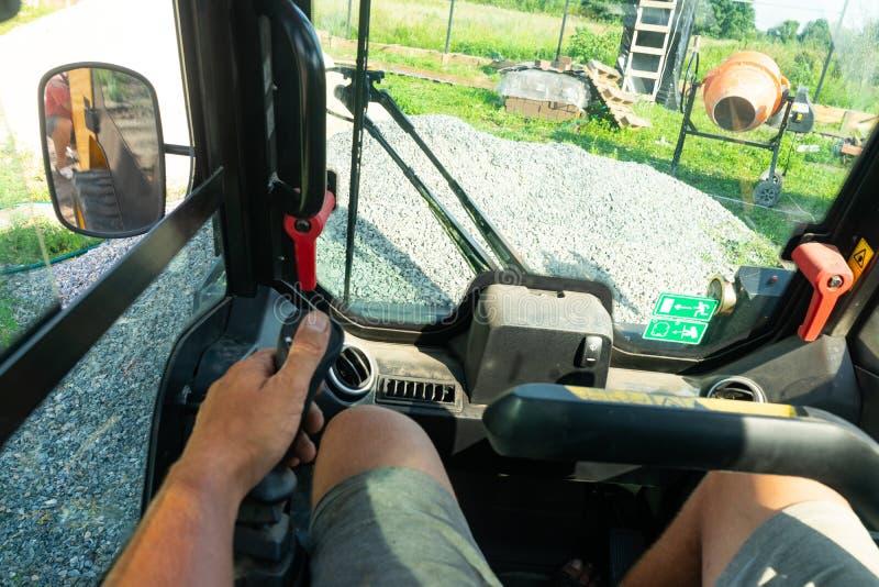 Οδήγηση forklift Το αμάξι του φορτηγού μέσω των ματιών του χειριστή Η εργασία forklift σε ένα εργοτάξιο οικοδομής στοκ φωτογραφία