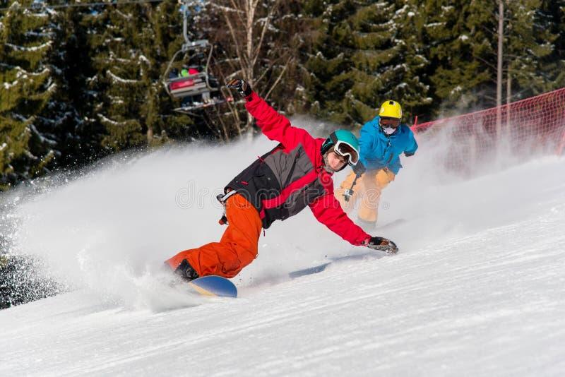 Οδήγηση Snowboarder στα βουνά σε μια ηλιόλουστη χειμερινή ημέρα στοκ εικόνες με δικαίωμα ελεύθερης χρήσης