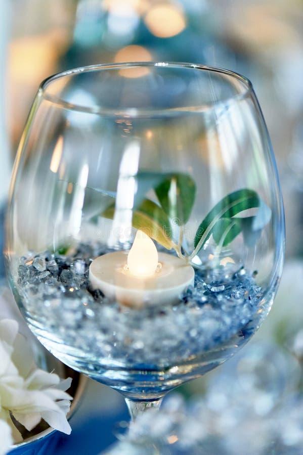 Οδηγημένα κεριά που καίνε μέσα διαφανές goblet γυαλιού Μπλε γάμμα στο σχέδιο στοκ εικόνες