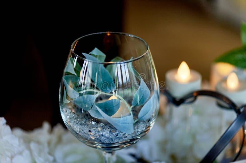 Οδηγημένα κεριά που καίνε μέσα διαφανές goblet γυαλιού Μπλε γάμμα στο σχέδιο στοκ φωτογραφία με δικαίωμα ελεύθερης χρήσης
