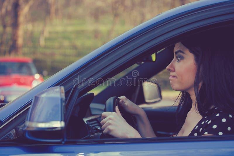 Οδηγός γυναικών μέσα στο αυτοκίνητό της σε μια βαριά κυκλοφορία στοκ φωτογραφίες με δικαίωμα ελεύθερης χρήσης
