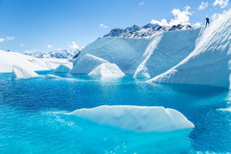 Οδηγός παγετώνων επάνω από το μεγάλο σύνολο φαραγγιών του βαθιά μπλε νερού και των πτερυγίων του άσπρου πάγου στοκ φωτογραφίες με δικαίωμα ελεύθερης χρήσης