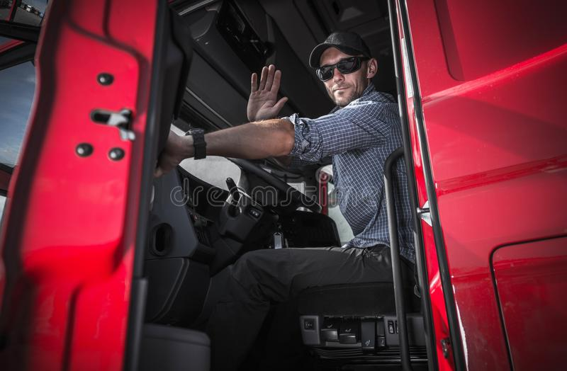 Οδηγός φορτηγού που αφήνει την αποθήκη εμπορευμάτων στοκ φωτογραφία