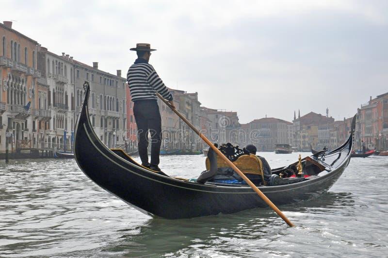 Οδηγώντας βάρκα γονδολών ατόμων στη Βενετία, Ιταλία στοκ εικόνα