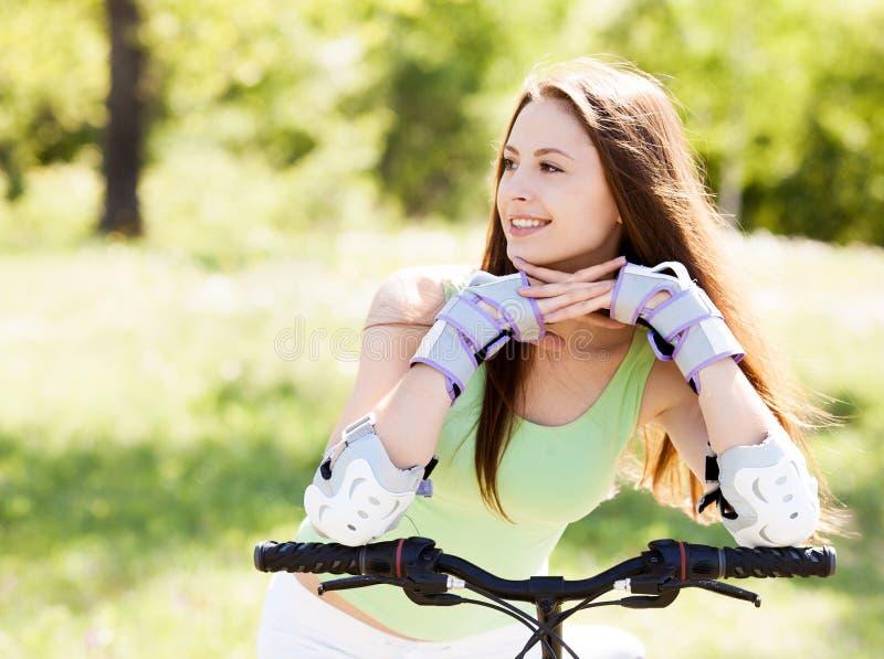 οδηγώντας γυναίκα ποδηλάτων στοκ φωτογραφίες με δικαίωμα ελεύθερης χρήσης
