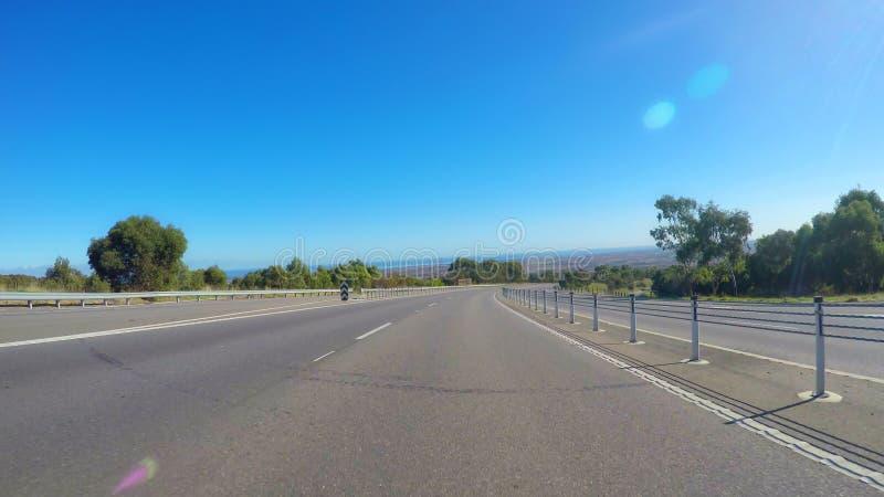 Οδηγώντας κατά μήκος της ευρείας, επίπεδης ανοικτής εθνικής οδού μέσω της Νότιας Αυστραλίας κοιλάδων McLaren στοκ φωτογραφία