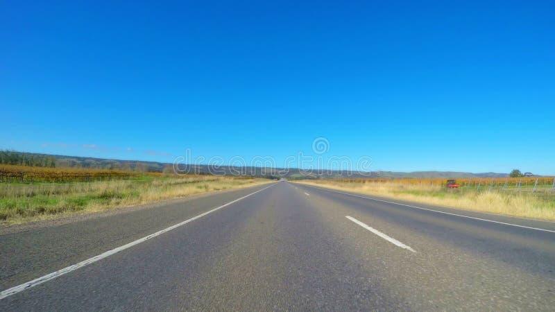Οδηγώντας κατά μήκος της ευρείας, επίπεδης ανοικτής εθνικής οδού μέσω της Νότιας Αυστραλίας κοιλάδων McLaren στοκ φωτογραφία με δικαίωμα ελεύθερης χρήσης