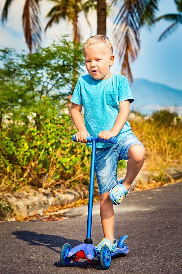 Οδηγώντας μηχανικό δίκυκλο παιδιών στοκ φωτογραφία