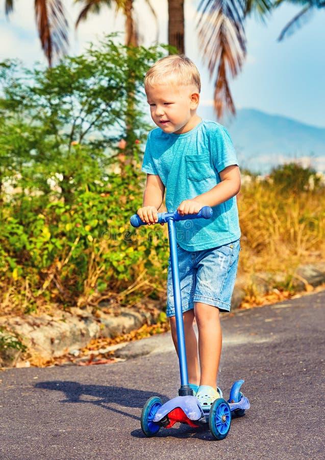 Οδηγώντας μηχανικό δίκυκλο παιδιών στοκ εικόνες