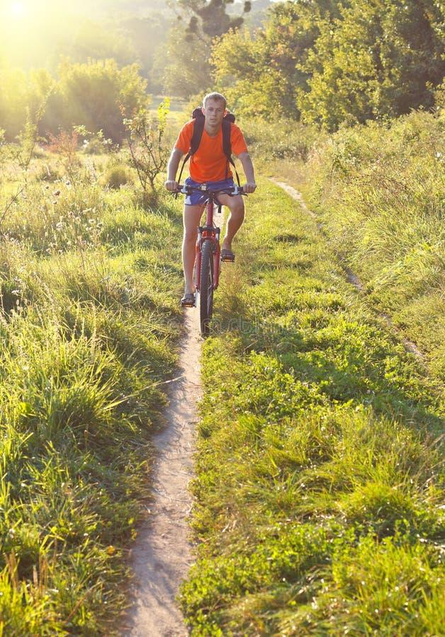 οδηγώντας περίπατος ποδηλατών ποδηλάτων στοκ φωτογραφία