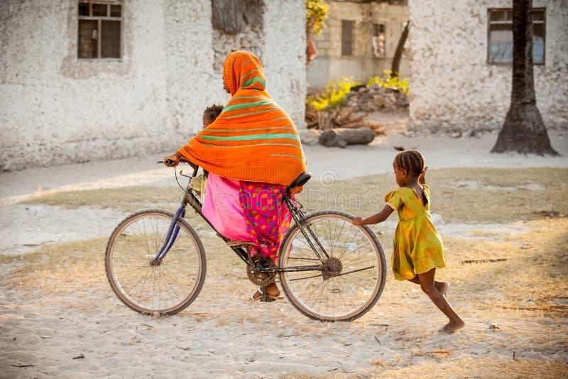 Οδηγώντας ποδήλατο κοριτσιών σε Zanzibar στοκ εικόνα