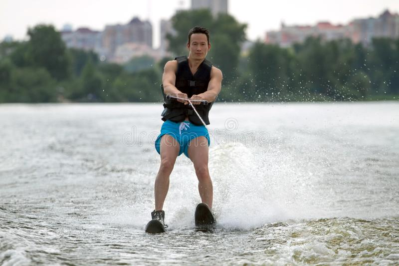 Οδηγώντας σκι νερού ατόμων στοκ φωτογραφία με δικαίωμα ελεύθερης χρήσης
