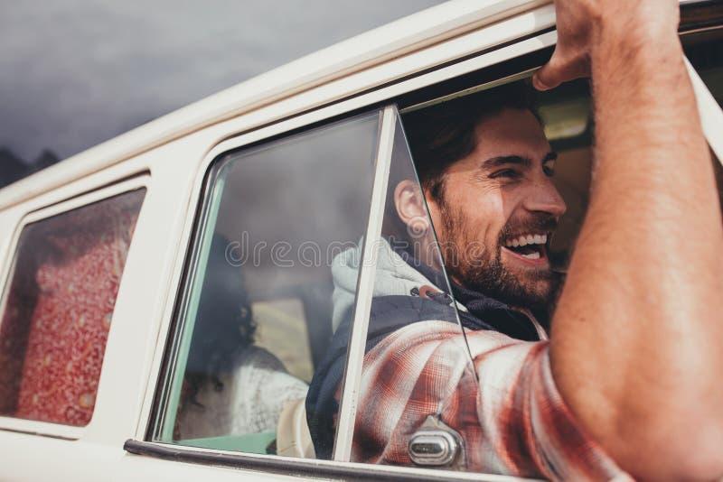 Οδηγώντας φορτηγό ατόμων και απόλαυση στο οδικό ταξίδι του στοκ εικόνα