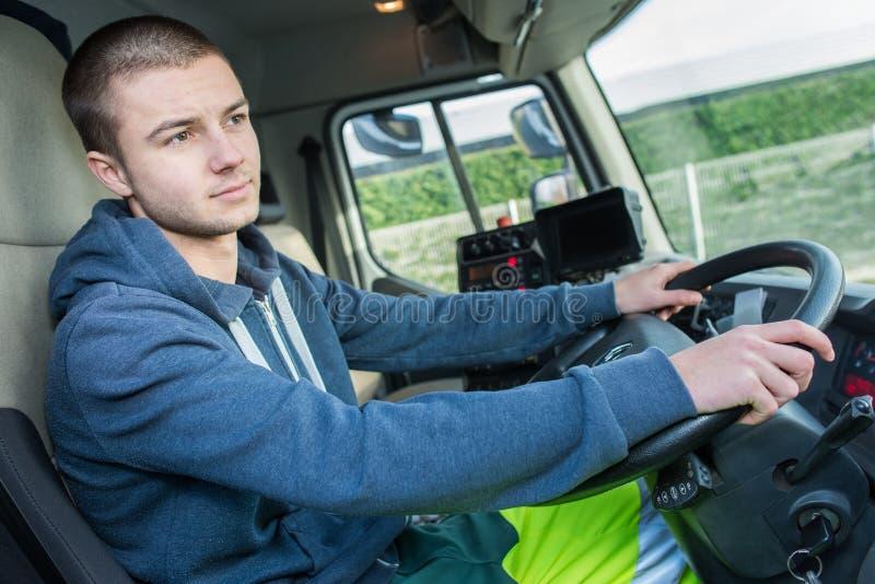 Οδηγώντας φορτηγό νεαρών άνδρων στοκ εικόνα
