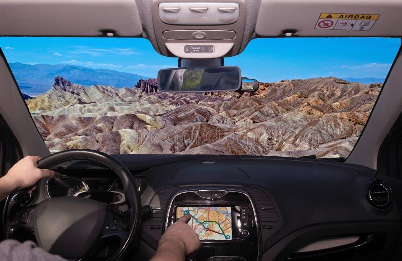 Οδηγώντας χρησιμοποιώντας το ΠΣΤ προς το σημείο Zabriskie, κοιλάδα θανάτου, Califor στοκ εικόνες με δικαίωμα ελεύθερης χρήσης