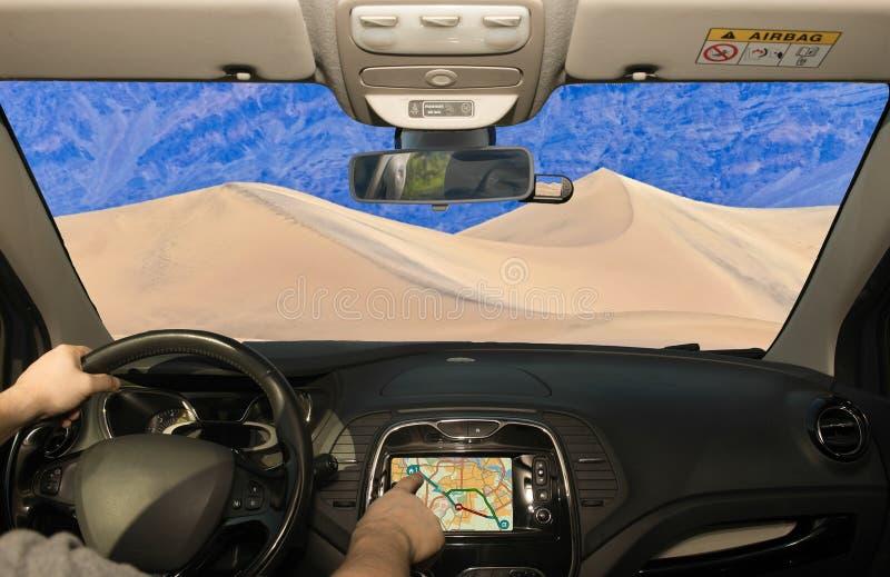 Οδηγώντας χρησιμοποιώντας το ΠΣΤ προς τους αμμόλοφους άμμου στην κοιλάδα θανάτου, ΗΠΑ στοκ φωτογραφία με δικαίωμα ελεύθερης χρήσης
