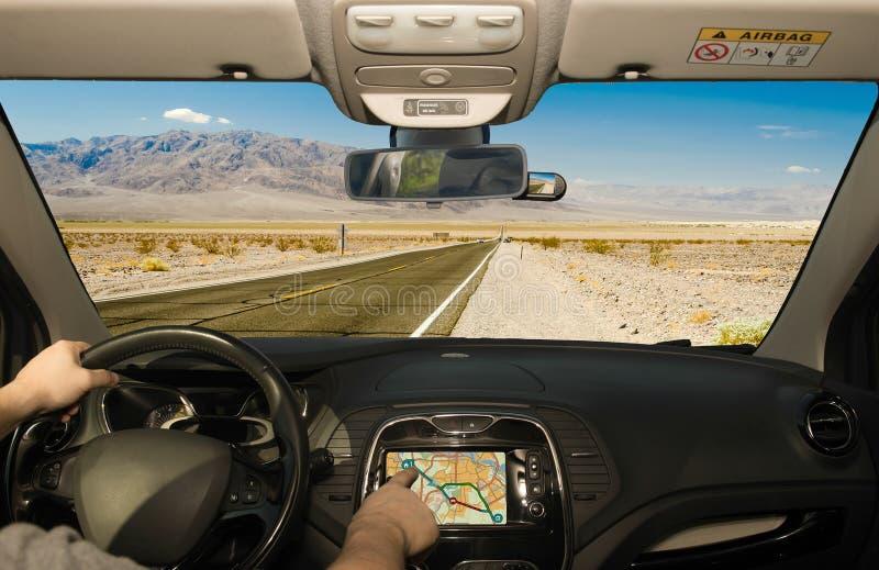 Οδηγώντας χρησιμοποιώντας το ΠΣΤ σε έναν δρόμο ερήμων, κοιλάδα θανάτου, ΗΠΑ στοκ εικόνες με δικαίωμα ελεύθερης χρήσης