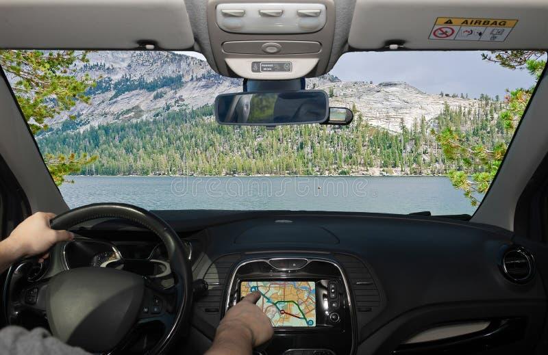 Οδηγώντας χρησιμοποιώντας το σύστημα ναυσιπλοΐας στο εθνικό πάρκο Yosemite, ΗΠΑ στοκ φωτογραφία με δικαίωμα ελεύθερης χρήσης