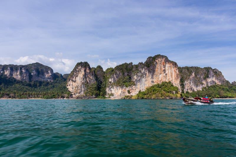 Οδηγώντας longtail βάρκα στην παραλία AO nang σε Krabi, Ταϊλάνδη στοκ φωτογραφία