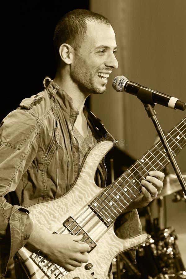 ΟΔΗΣΣΟΣ, ΟΥΚΡΑΝΙΑ - 5 ΙΟΥΝΊΟΥ: το bassist έτρεξε το pe του Levi (Ισραήλ, Τελ Αβίβ) στοκ εικόνα