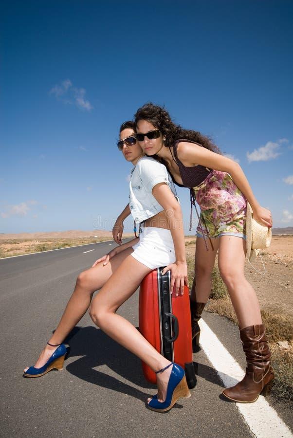 οδικές περιμένοντας γυναίκες αυτοκινήτων στοκ φωτογραφία