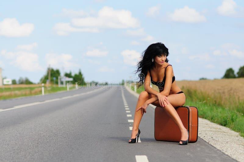 οδική βαλίτσα εθνικών οδών brunette στοκ εικόνες