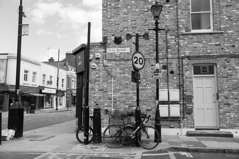 Οδική γωνία Lyal, κτήριο τούβλου και σημάδι οδών στοκ εικόνα με δικαίωμα ελεύθερης χρήσης