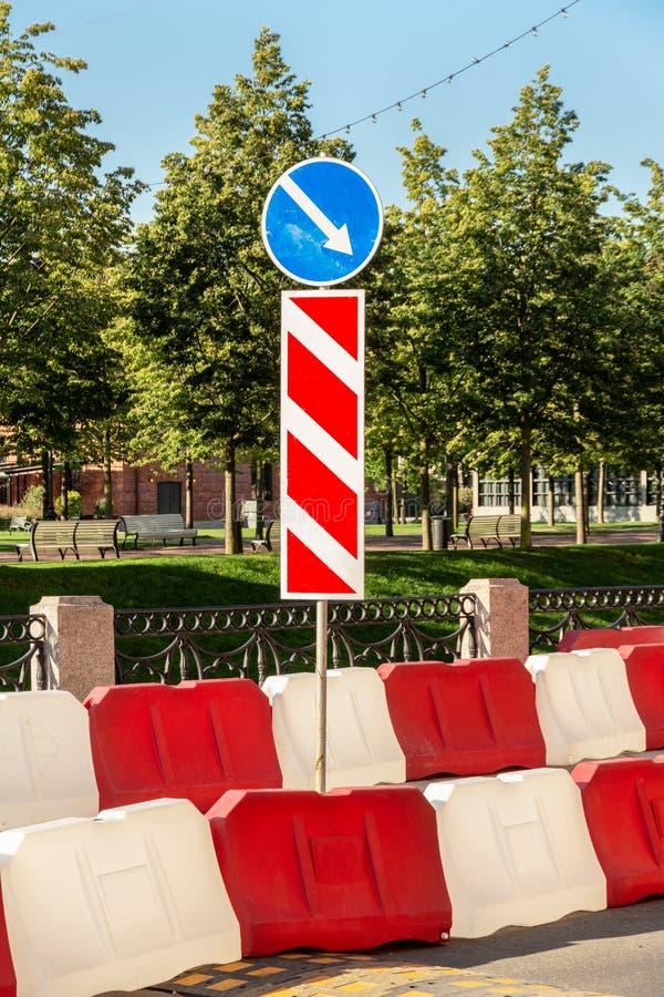 οδικός φράκτης στην οδό της πόλης κόκκινοι και άσπροι φραγμοί νερού για να περιορίσει την κυκλοφορία κατά τη διάρκεια των οδικών  στοκ εικόνες