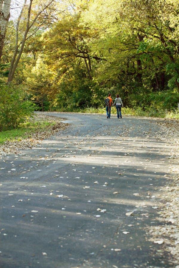 οδικό περπάτημα ζευγών στοκ φωτογραφίες με δικαίωμα ελεύθερης χρήσης