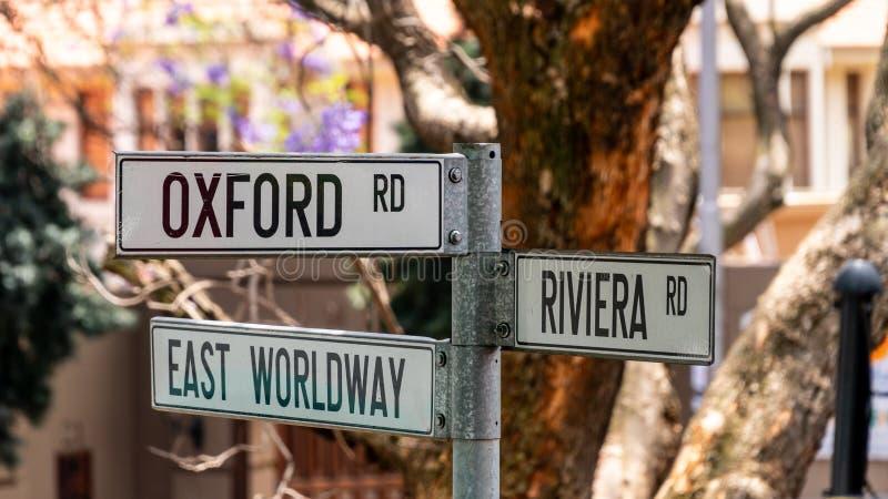 Οδικό σήμα στο Γιοχάνεσμπουργκ που δείχνει κατευθύνσεις για τους δρόμους Οξφόρδης, Ανατολικού Wordway και Ριβιέρα, Νότια Αφρική στοκ φωτογραφία με δικαίωμα ελεύθερης χρήσης