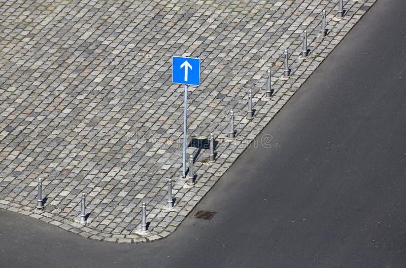 Οδικό σημάδι, ένα σημάδι κυκλοφορίας τρόπων Ευθύ βέλος κίνησης στοκ εικόνες με δικαίωμα ελεύθερης χρήσης