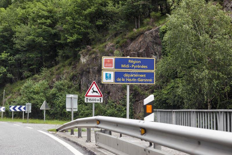Οδικό σημάδι μέσα Πυρηναία και Haute-Garonne στοκ εικόνες