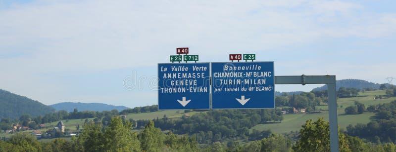 οδικό σημάδι με την άσπρη εγγραφή στη γαλλική εθνική οδό στοκ φωτογραφία