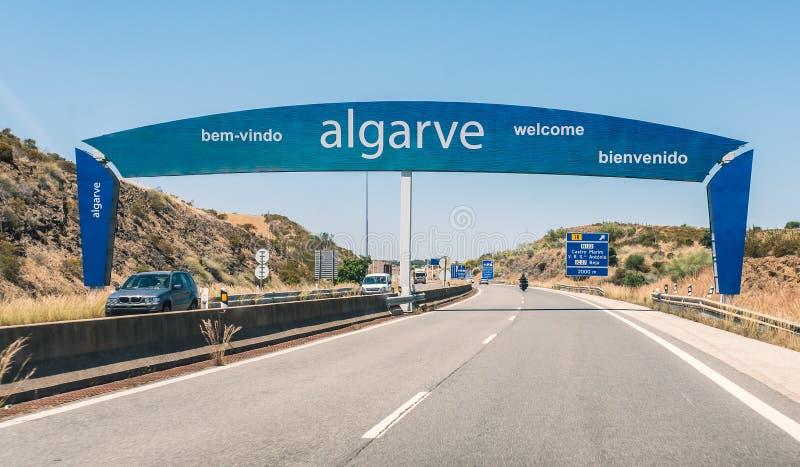 Οδικό σημάδι που χαρακτηρίζει τα σύνορα μεταξύ της Πορτογαλίας και της Ισπανίας, enterin στοκ εικόνα