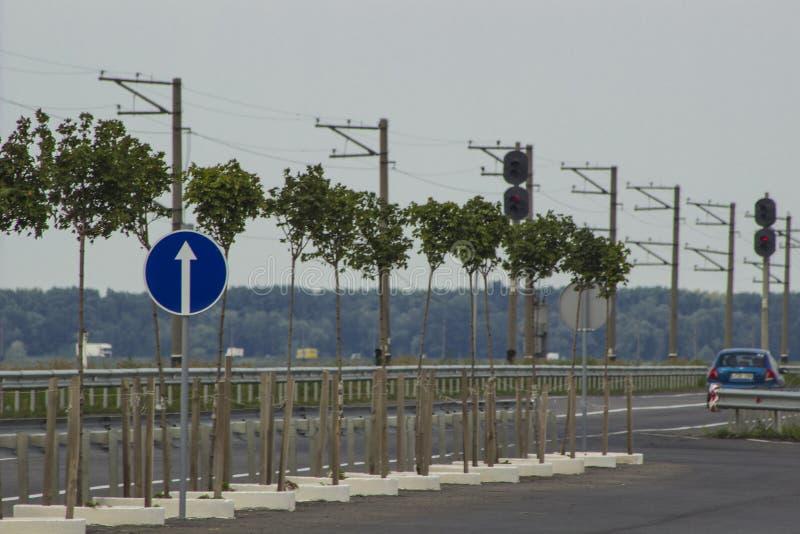 Οδικό σημάδι σε ένα φράγμα πέρα από τον ποταμό Dnieper κοντά στην πόλη Cherkasy στοκ εικόνα