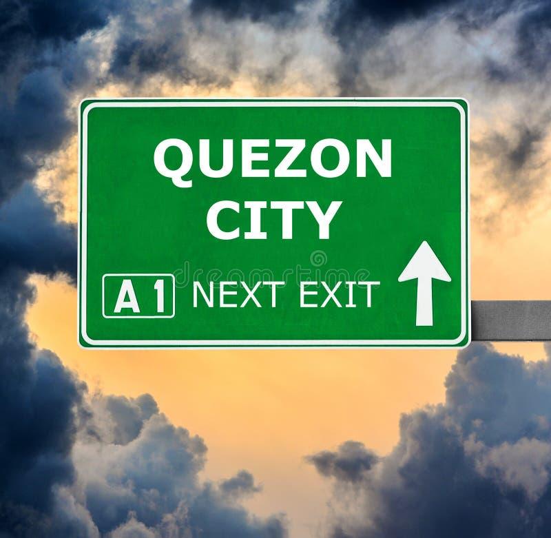 Οδικό σημάδι QUEZON CITY ενάντια στο σαφή μπλε ουρανό στοκ φωτογραφία με δικαίωμα ελεύθερης χρήσης